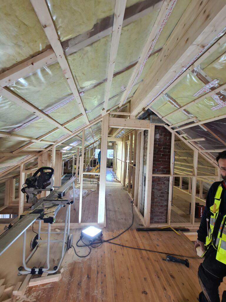 Innvendig 2 etasje: flyttet ut knevegger, forsterket alle takstoler med doble taksperrer, tatt vekk hanebjelker og montert limtredrager i mønen slik at vi kan ha åpent helt opp i tak.